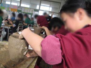 6年生が社会科の学習で土器づくりを行いました